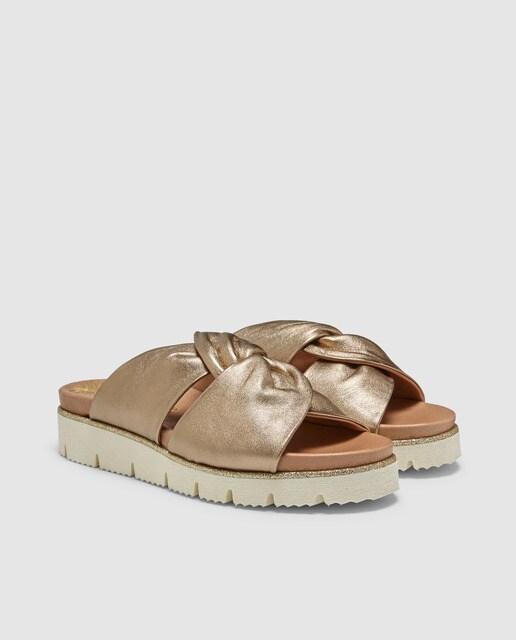 Weekend Sandalias planas de mujer Weekend de piel metalizada de color oro